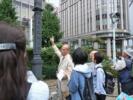 地図を片手に和蘭医学塾や魚河岸、郵便など「日本橋発祥」の地を巡る