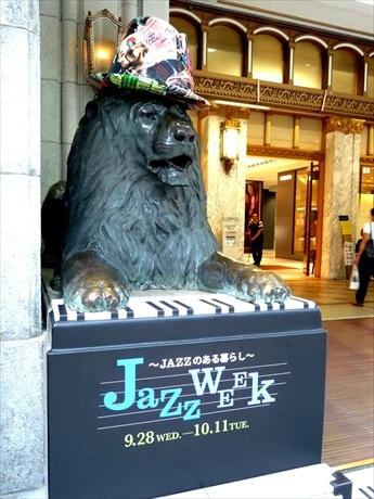 本階入り口の2頭のライオン像はジャズマンに変身。ピアノ連弾で来店客を迎える。