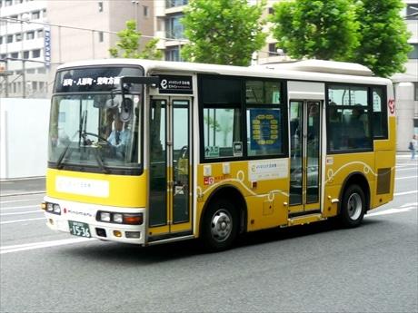日本の伝統色、山吹色にラッピングした「Eライン」巡回バス