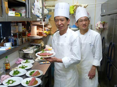 純米大吟醸によく合う特製のローストビーフを手にする「レストラン桂」2代目の手塚清照さん