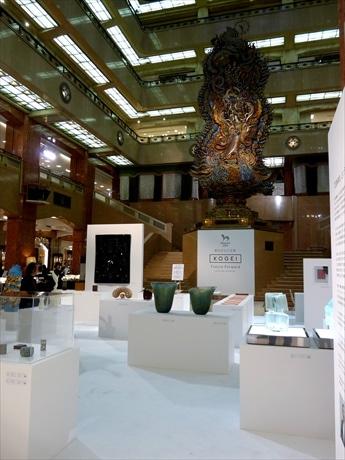 中央ホールにアートと伝統工芸が融合した渾身の30作品が並ぶ