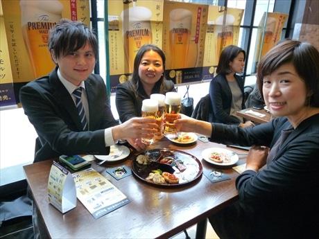 「明るい時間から飲むビールは特に美味しい」と近隣に勤める会社員グループ