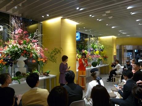 館内は富山産のチューリップなど1500本の色とりどりの花々で彩られた
