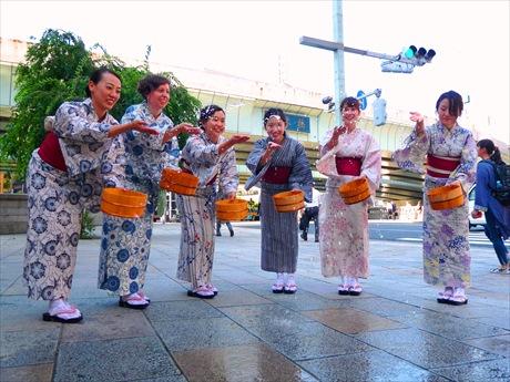 梅雨明け空に一斉散水。7月23日オープン予定の「日本橋案内所」前で