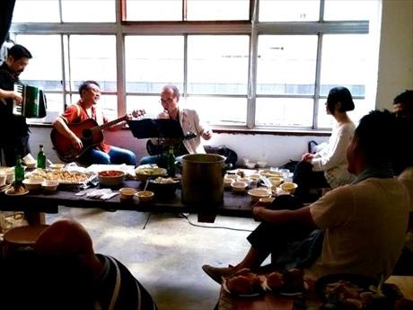 イベントのオープニングに先駆けて行われた地元ブルースバンド「縄文ズ」ライブ