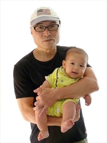 「赤ちゃんの自然なほほ笑みは見る者に大きなパワーを与えてくれる」と写真家の堀口マモルさん