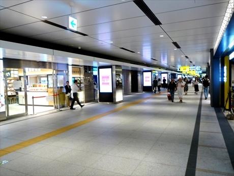 「ひろがる東京駅時間」をコンセプトとして南北に延びる総延長300メートルの通路の両側に展開する「グランスタ丸の内」