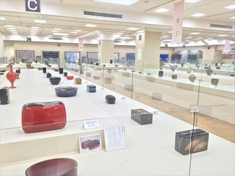 約1600平方メートルの会場に、諸工芸7部門の人間国宝の最新作と入選作600余点を一堂に展覧
