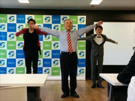 佐賀弁のラジオ体操指導で話題の宇都宮さんのリードで「ラジオ体操第一」を披露する秀島敏行市長