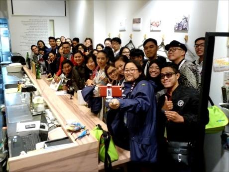 被災地南三陸町と日本橋をつなぐ交流カフェ「わたす日本橋」で集団自撮り