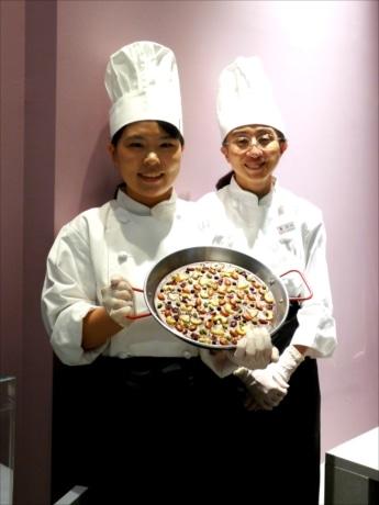 常駐ショコラティエの塩崎さんと清水さんが顧客の好みに合わせてオーダーショコラを作る