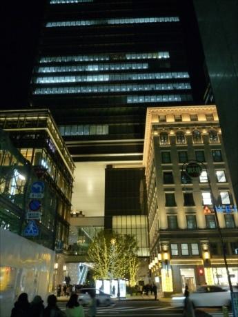京橋エドグランが開業1周年 巨大クリスマスツリー点灯、ライブコンサートも