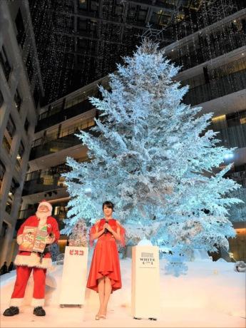「屋内設置の生木としては国内最大」というツリーの前で、公認サンタの山元さんと深田恭子さん