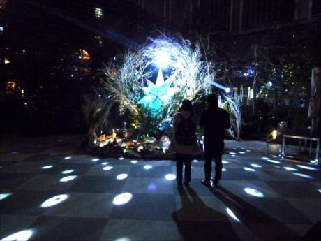 日本上空で検知された流星と連動して光とミラーボールが共鳴し合う幻想的な空間を創出