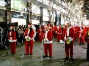 丸の内仲通りで「クリスマスパレード 2017」 サンタ200人が大行進