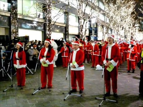 サンタ姿の丸の内アンバサダー約200人が、全員で「きよしこの夜」を斉唱