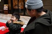 日本橋、コレド室町で「恵方巻き」お振る舞い 買い物客が恵方を向いてガブリ