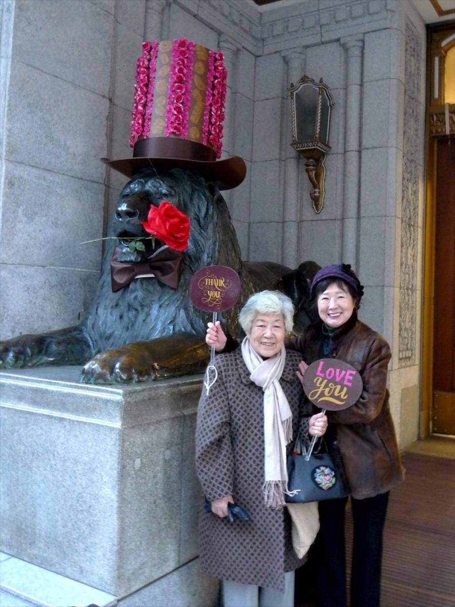 ライオン像の前で記念撮影