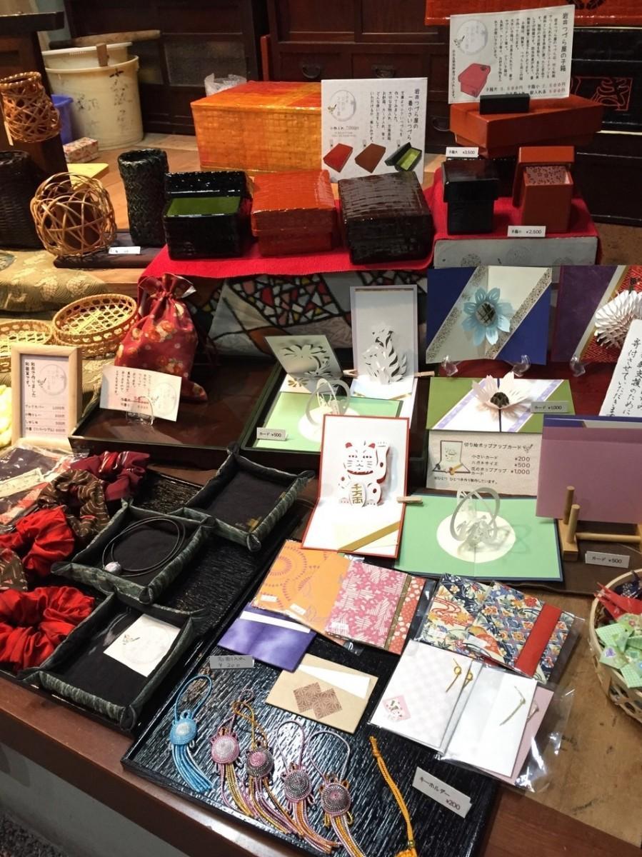 和雑貨市は、原則毎月第2土曜日と日曜日に開催。普段つづら作りを行うスペースで手に取りやすい価格の和雑貨を販売する。当日は、つづらの予約販売も可能。