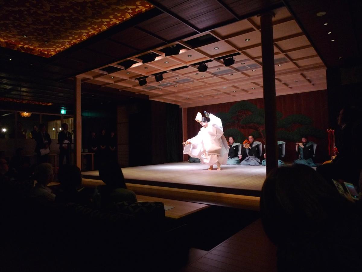 店内中央の能舞台で、祝いの舞として知られる「三番叟」を披露する野村萬斎さん
