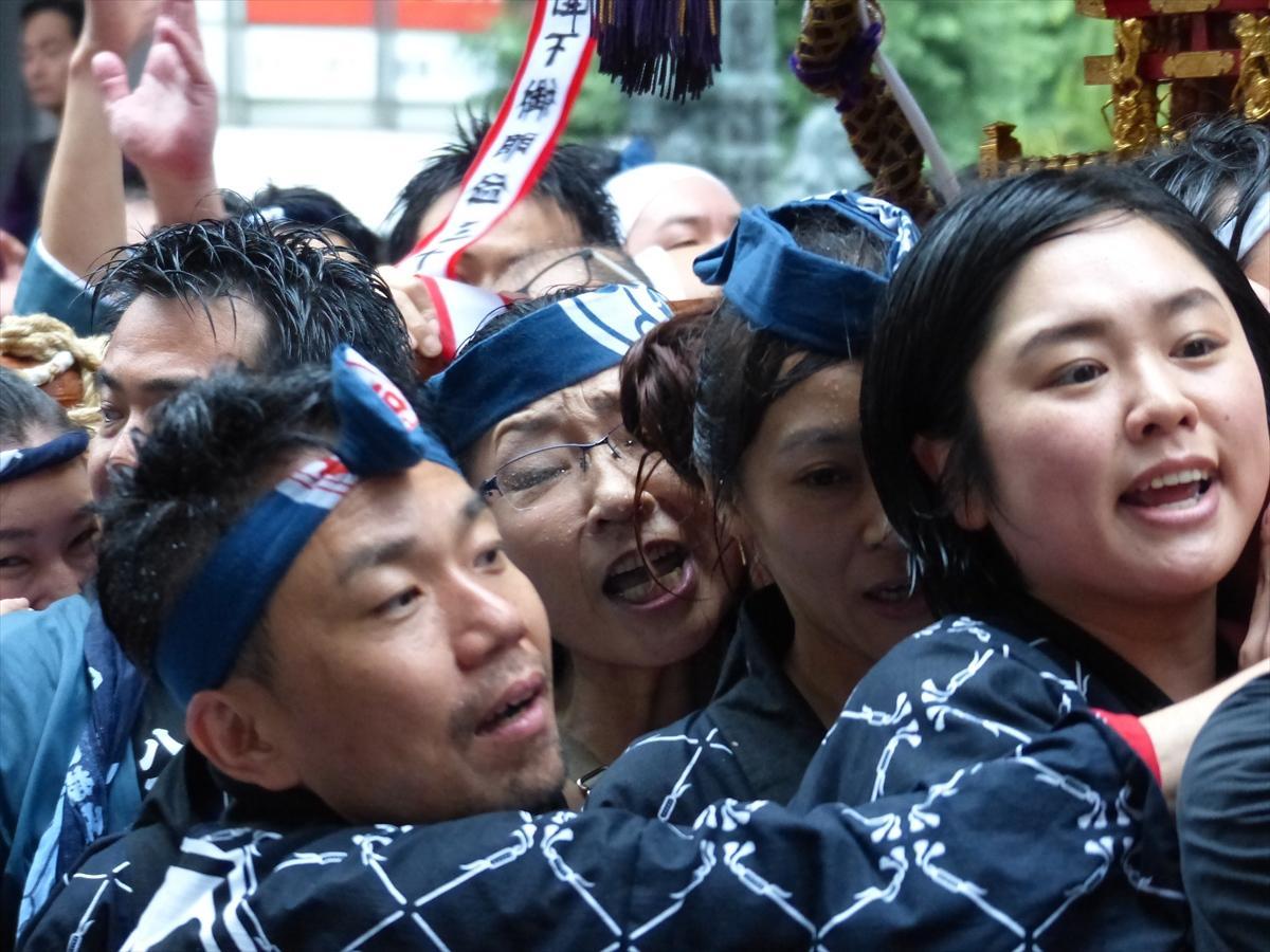 雨にも負けず約1万人の担ぎ手が繰り出し、日本橋・橋上でみこしを天に向けて、高く掲げる