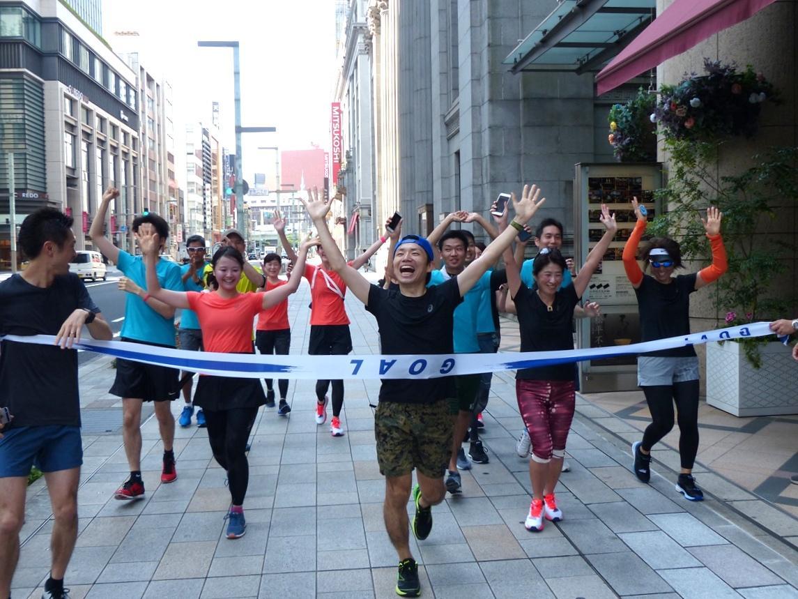 早朝の日本橋から皇居を一周して戻る10キロメートルのランニングコース。参加者全員がランナー笑顔でゴール