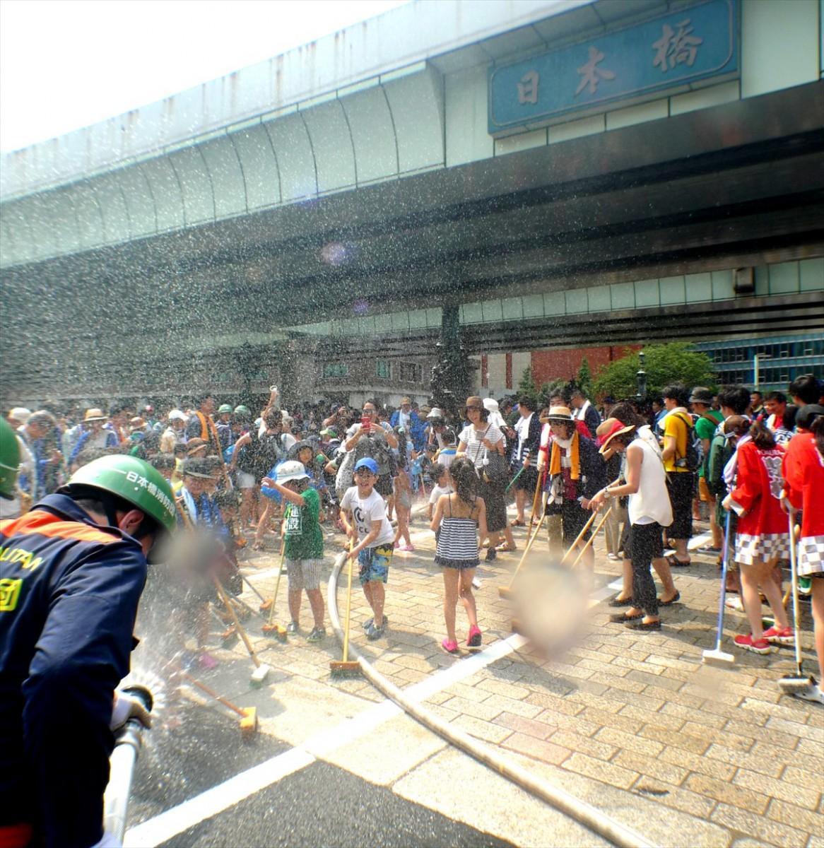 地元消防団の大サービス、放水シャワーに歓声を上げる子どもたち