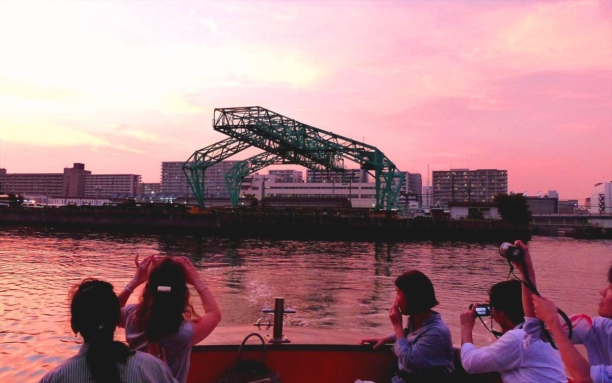 観光ルートから外れた臨海運河を進み、夕暮れにたたずむ「イグアナ」を撮影