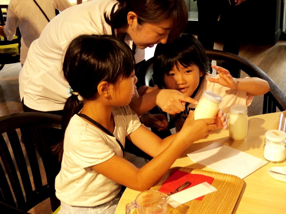 生クリームと食塩で、生まれて初めてのバター作りに挑戦する子どもたち