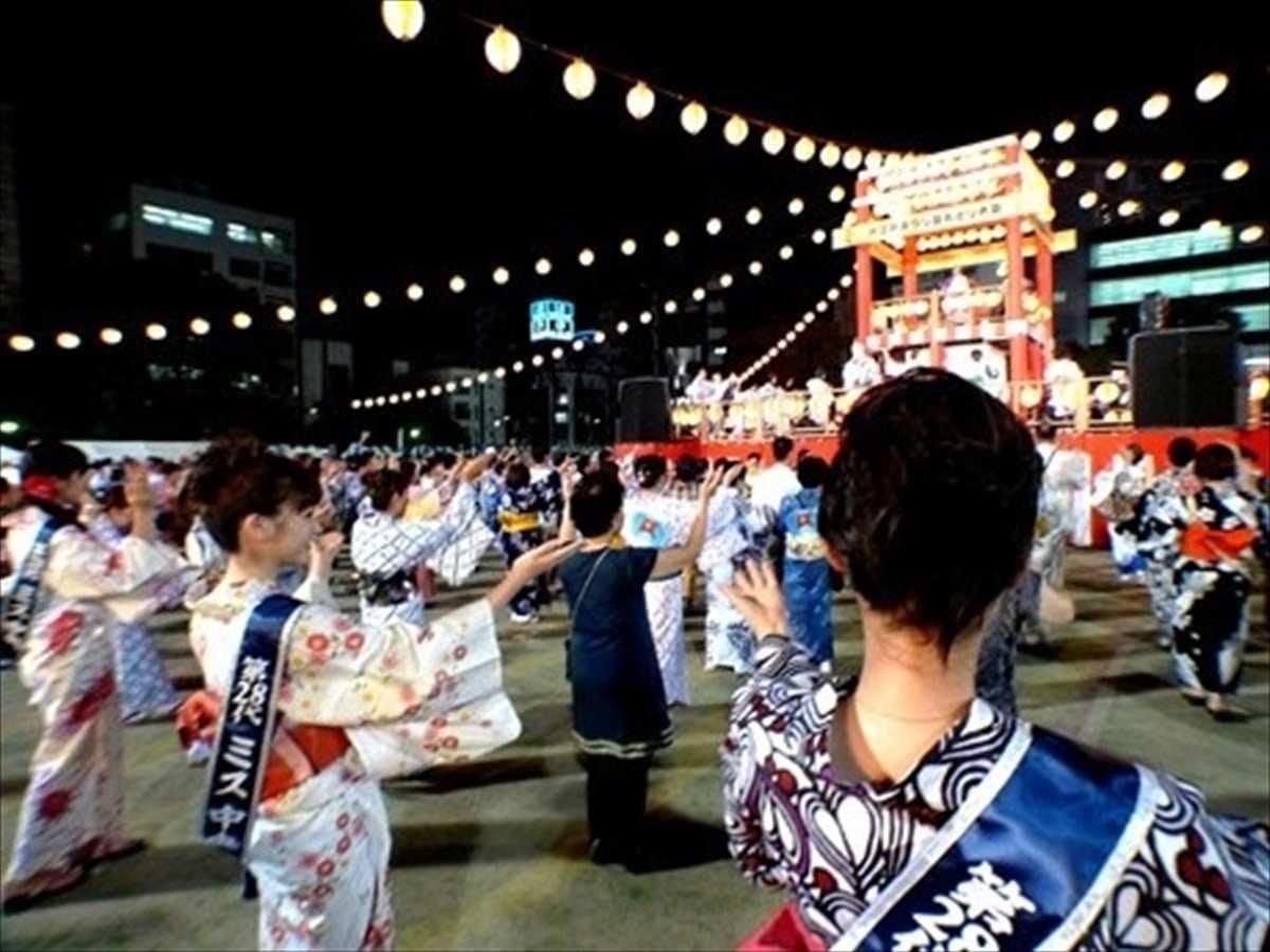 各町会の踊り団体が順々にやぐら舞台に上がり、練習の成果を披露