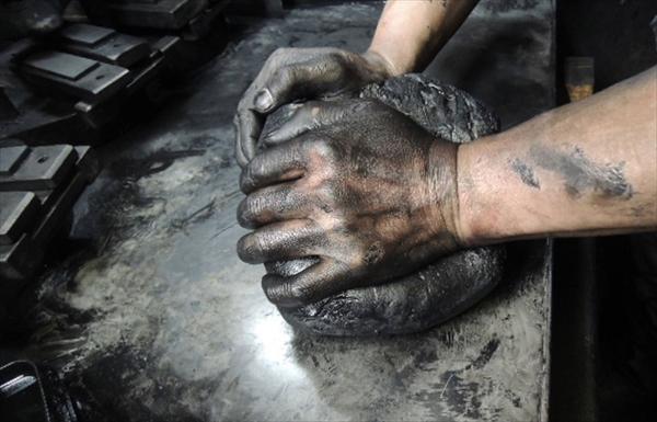 鈴鹿墨は延歴年間、三重県鈴鹿山麓で採れる肥松をたいて煤にして、膠で固めたのが始まり