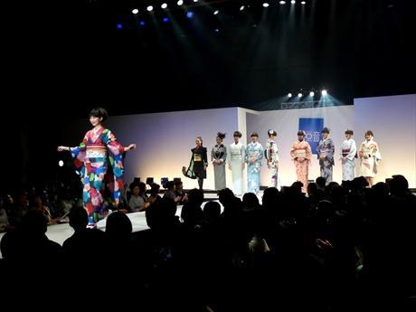 日本橋三井ホールでは、きものファッションショーも