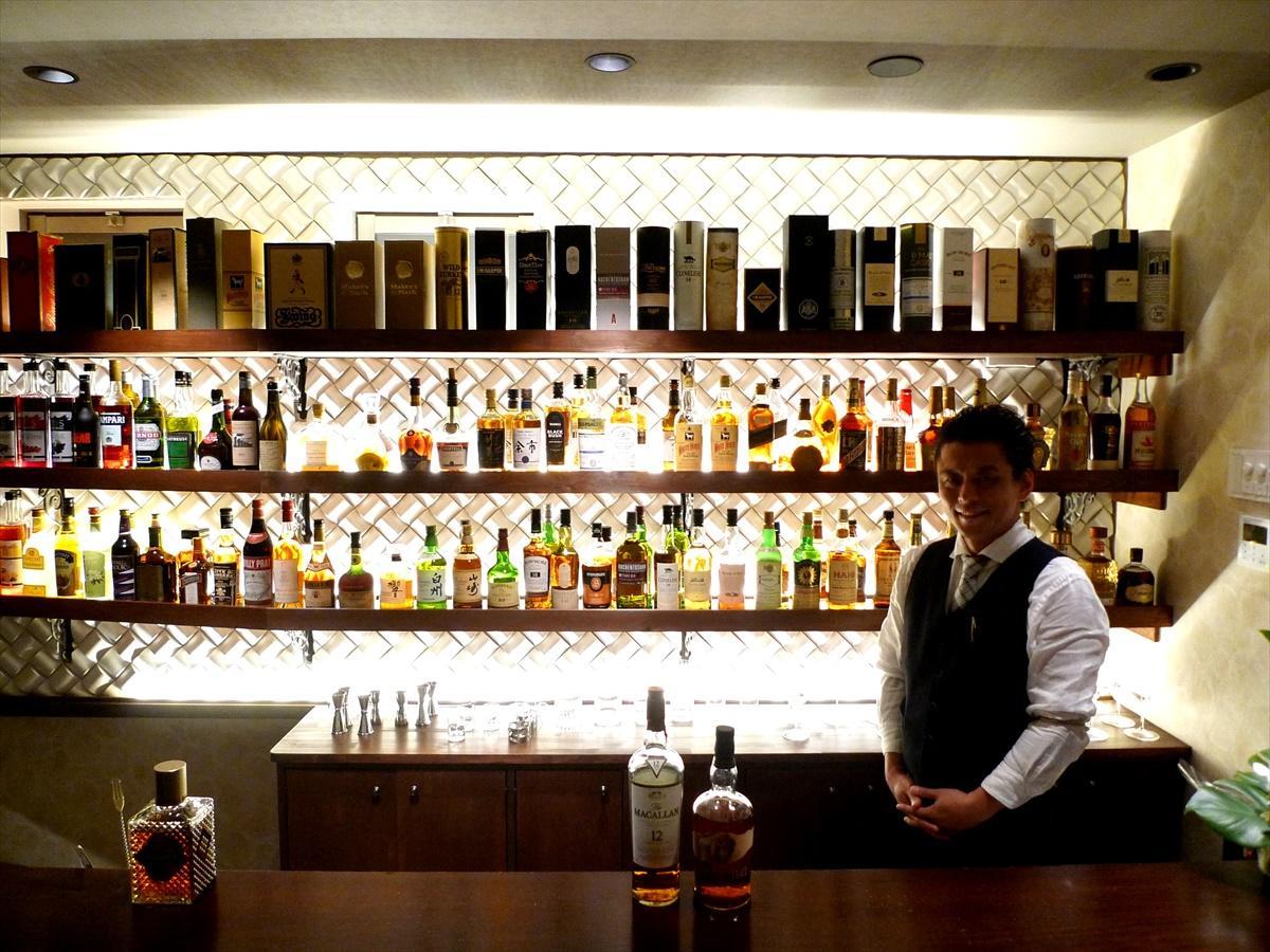 青山のバー「R40」で長年、店長を務めていたという店主の塚田一憲さん