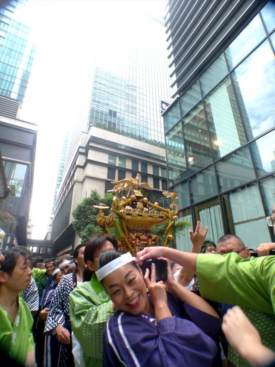 担ぎ手も日本橋らしく地元老舗の旦那衆や女性社員、外国人ワーカーなど多種多様