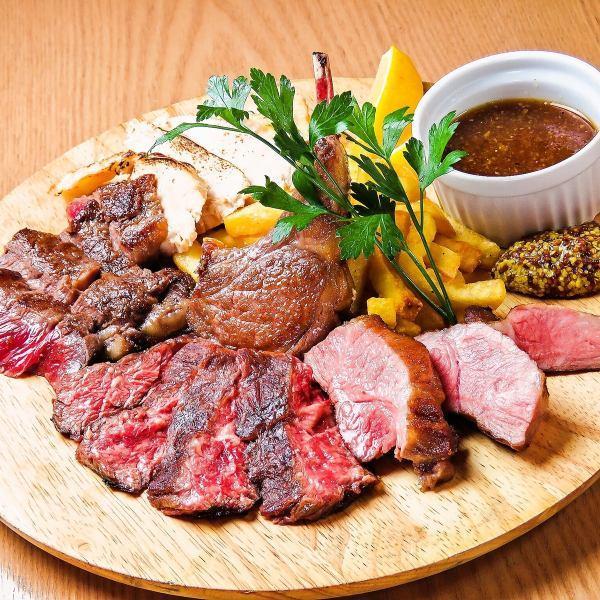 しっとり焼き上げたハーブ牛、イベリコ豚、鴨、ラムの4種類を盛り合わせる「総重量1ポンドの肉盛」
