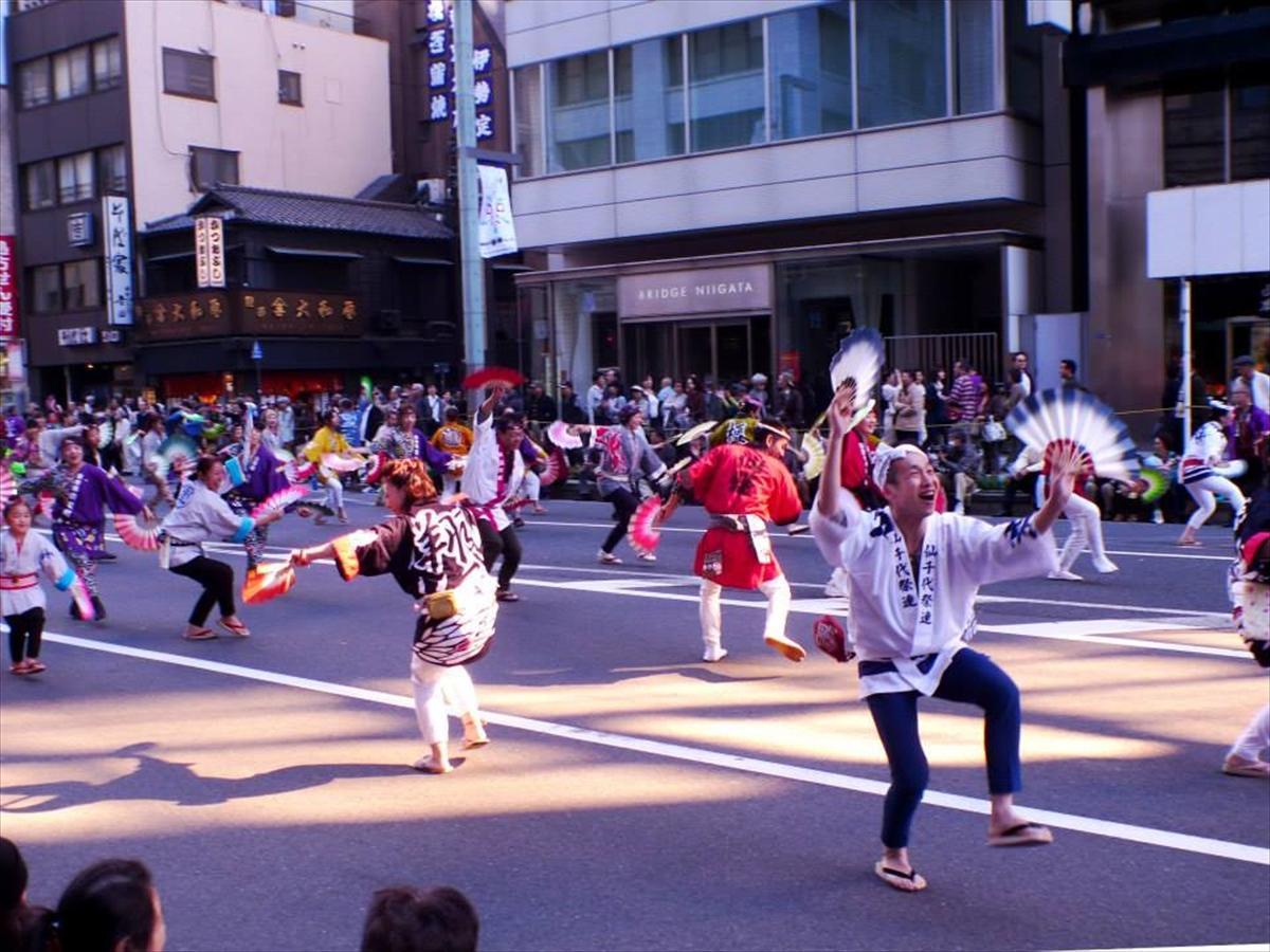 「諸国往来パレード」では宮城の仙臺すずめ踊りなど全国の祭りや踊りの団体14組が参加