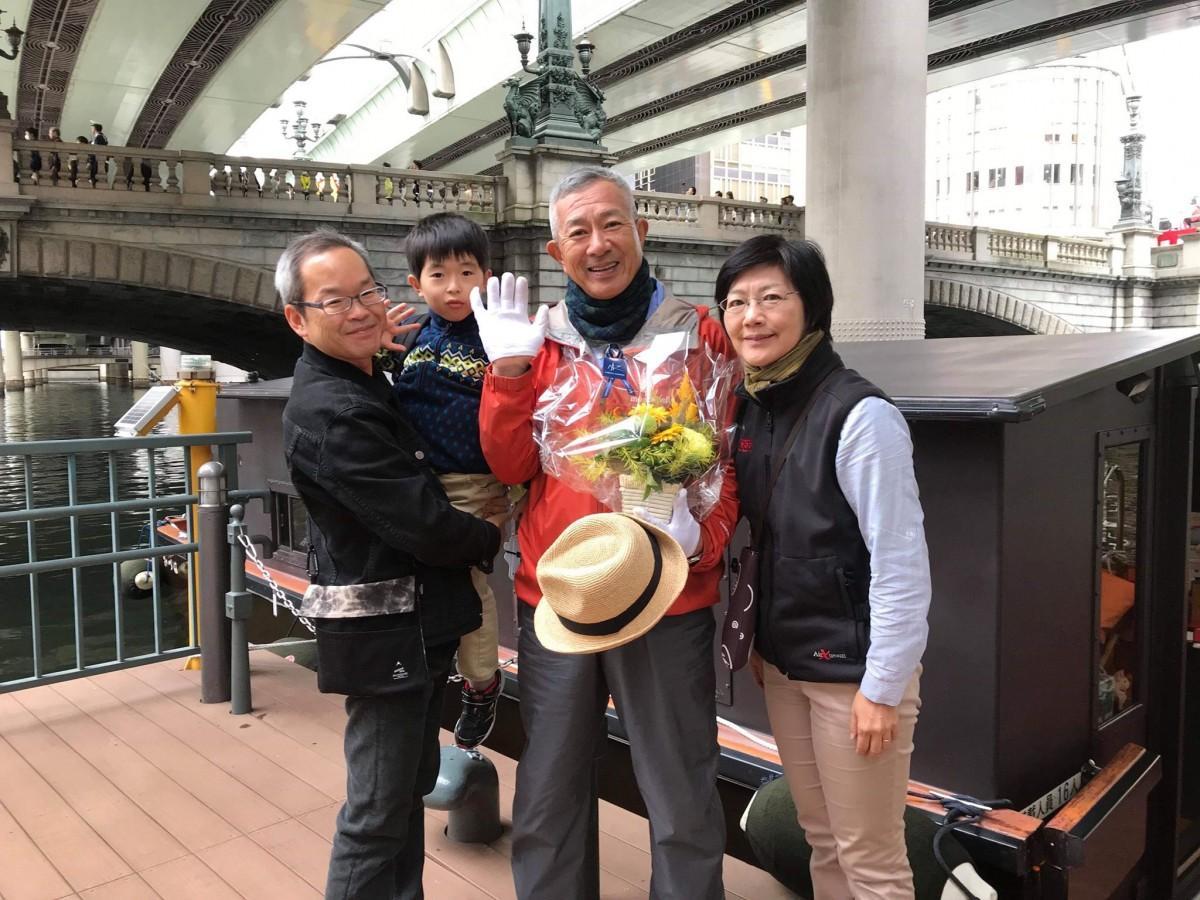 2カ月の療養を経て現場復帰となった「みづは号」取締役船頭の佐藤勉さん(中央)と美穂社長