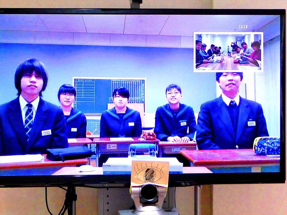 志津川中学校の教室には中学生がモニターを通じて撮影時の状況や心情など「写真に込めた思い」を発表