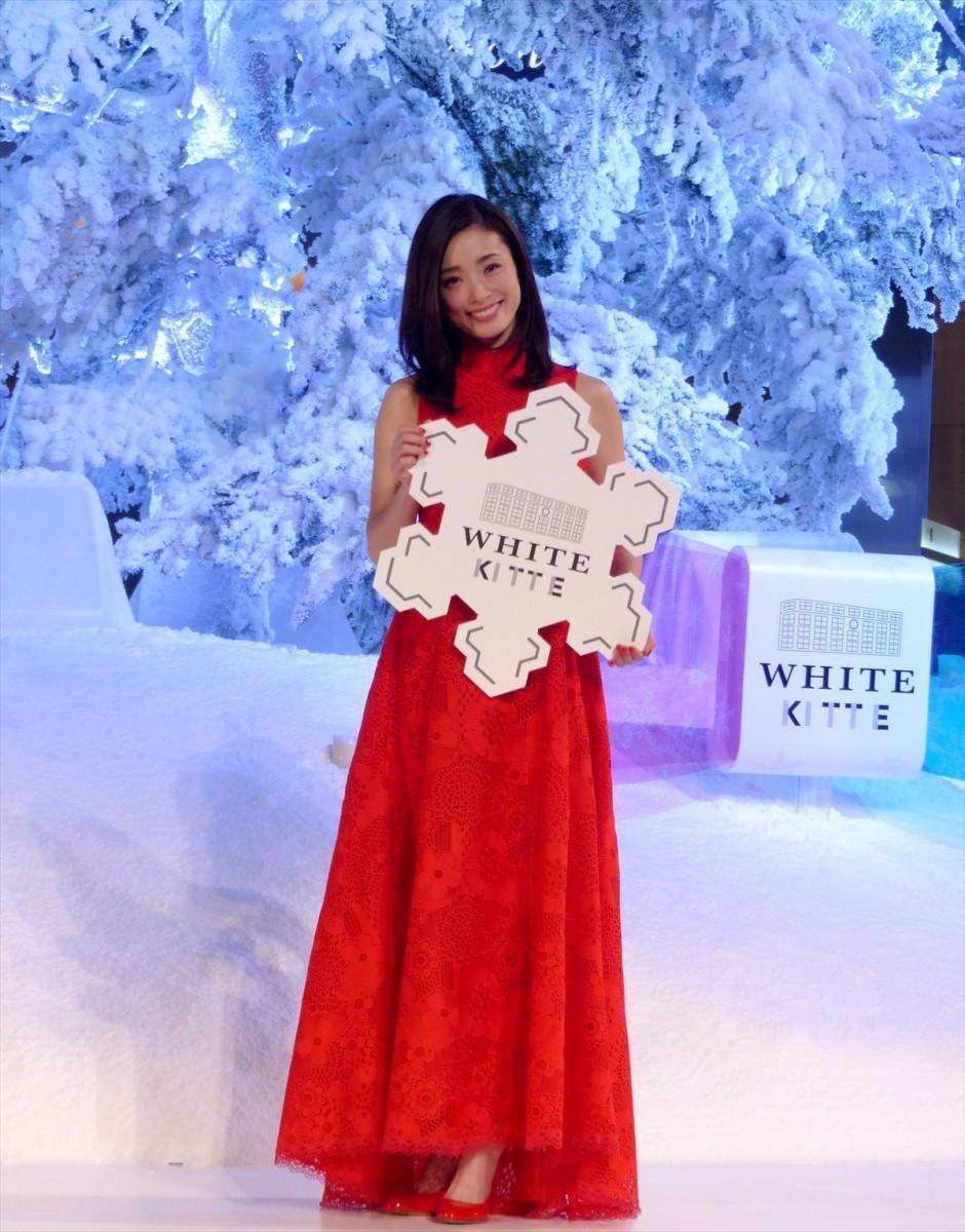 クリスマスを意識したという真っ赤なドレス姿で駆け付けたシークレットゲストの上戸彩さん