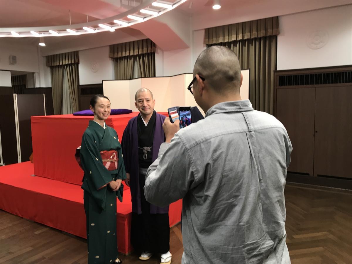 着物で訪れた方は、終演後、一之輔さんとのツーショットをプロカメラマンが撮影してくれる特典も