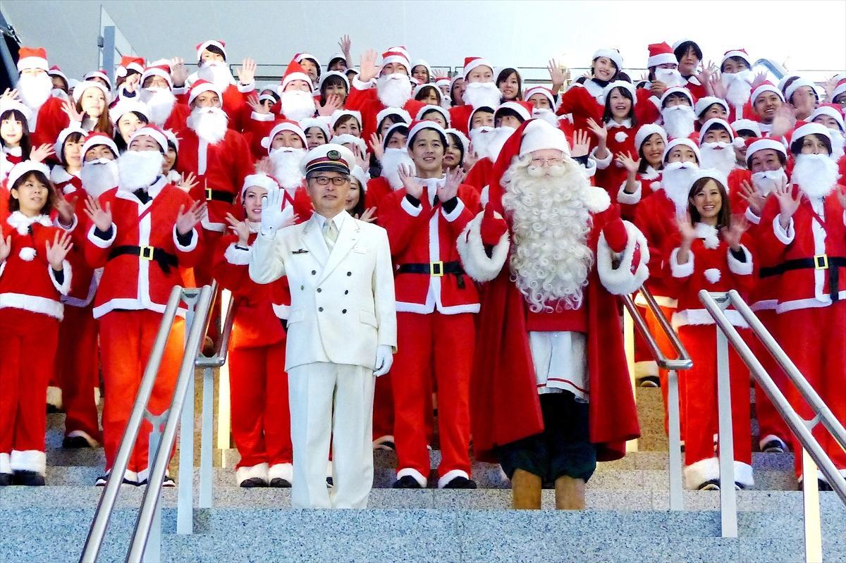 東京駅104周年にちなみ104人の「Anniversaryサンタクロース」が集合