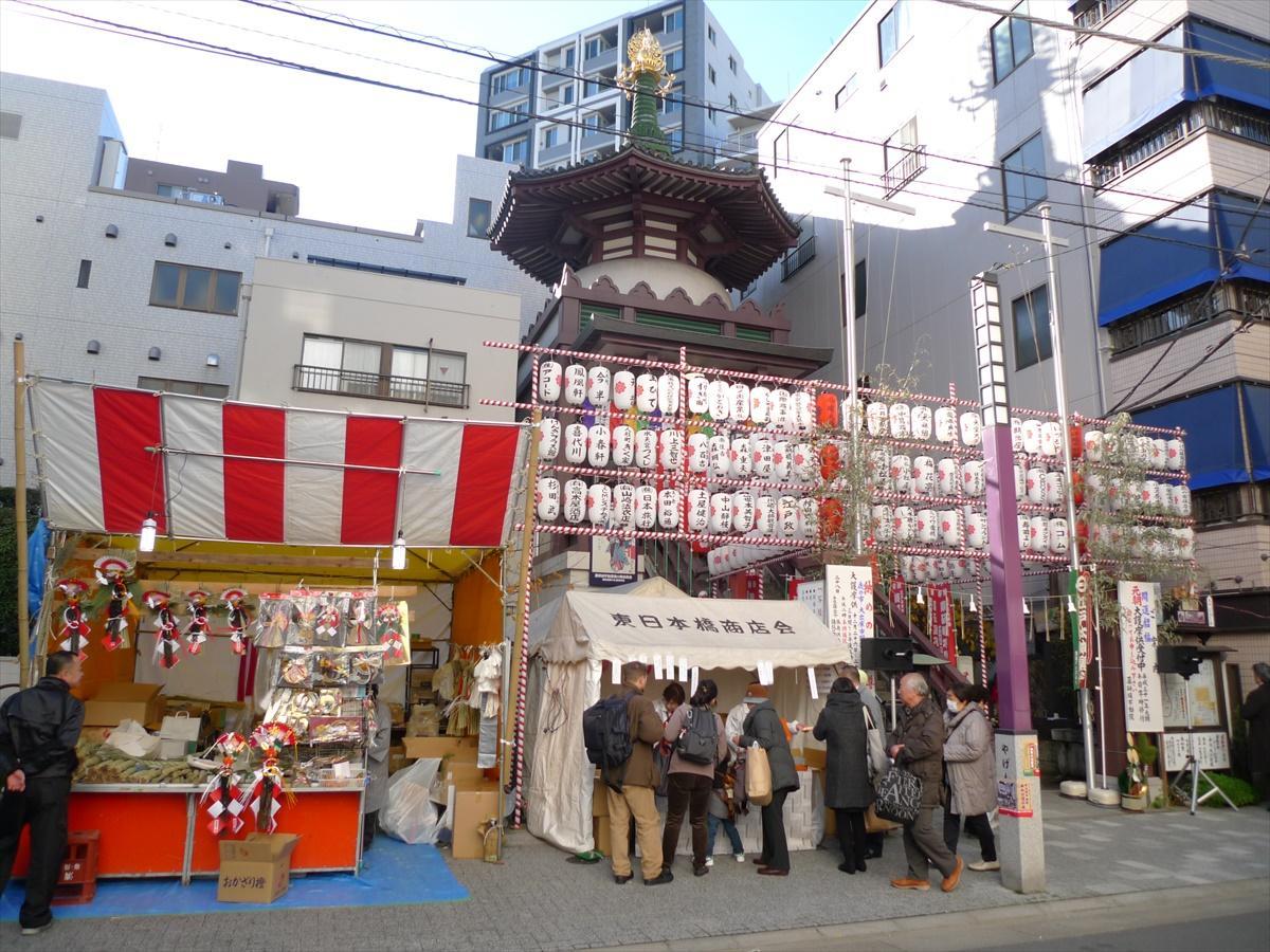 江戸から続く「納めの歳の市」正月のしめ飾りや祝儀物の露店が並び、多くの買い物客で賑わう