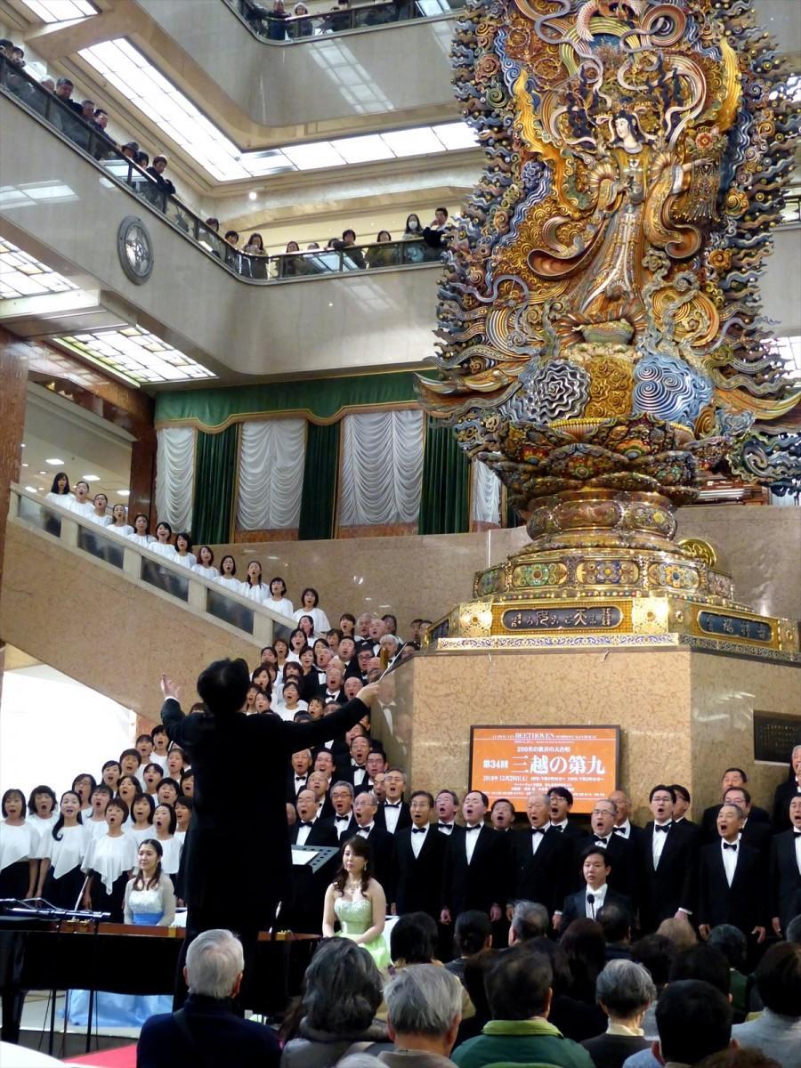 力強い「歓喜の歌」が、5階吹き抜けのホール全体に響き渡る