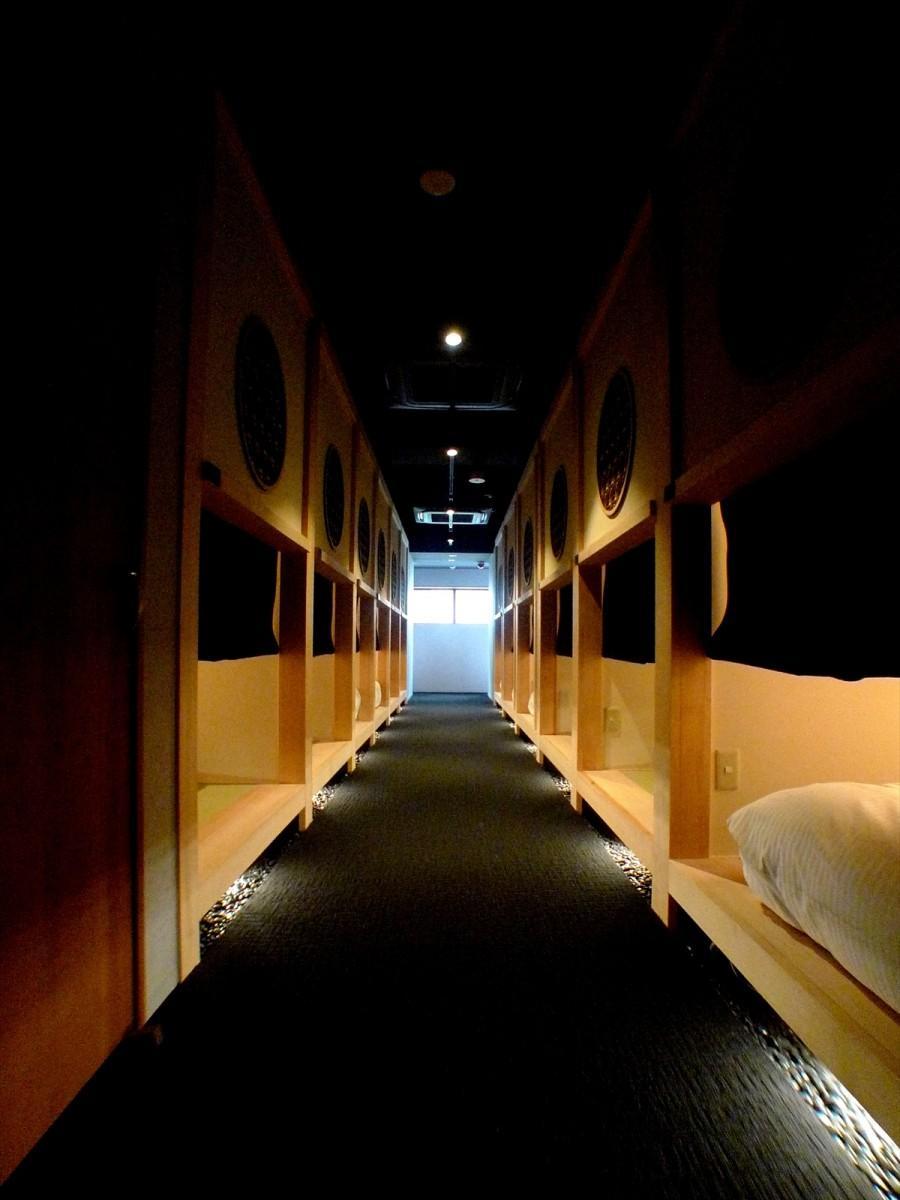 宿坊を連想させる館内フロア。茶室のにじり口をイメージしたという入り口が並ぶ
