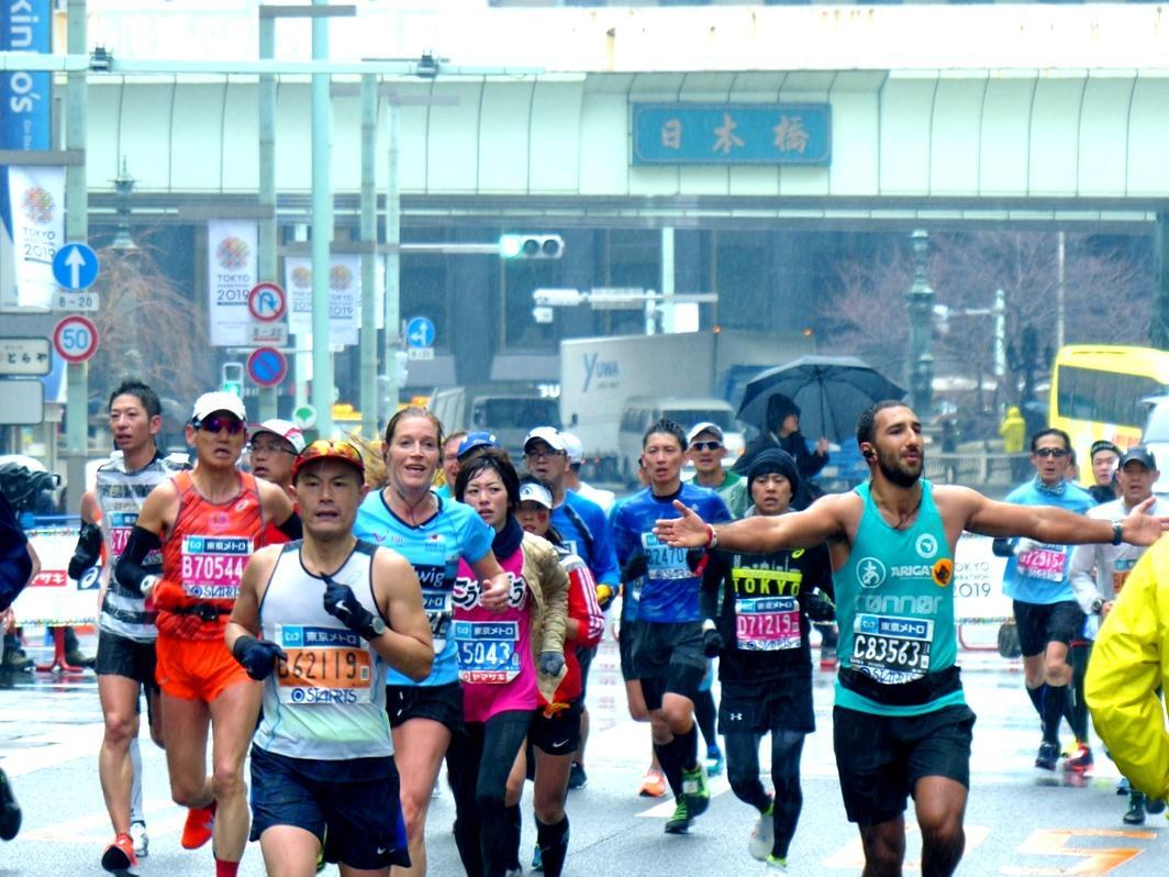 雨降る中「日本橋」を走り抜ける、国際色豊かな市民ランナー達