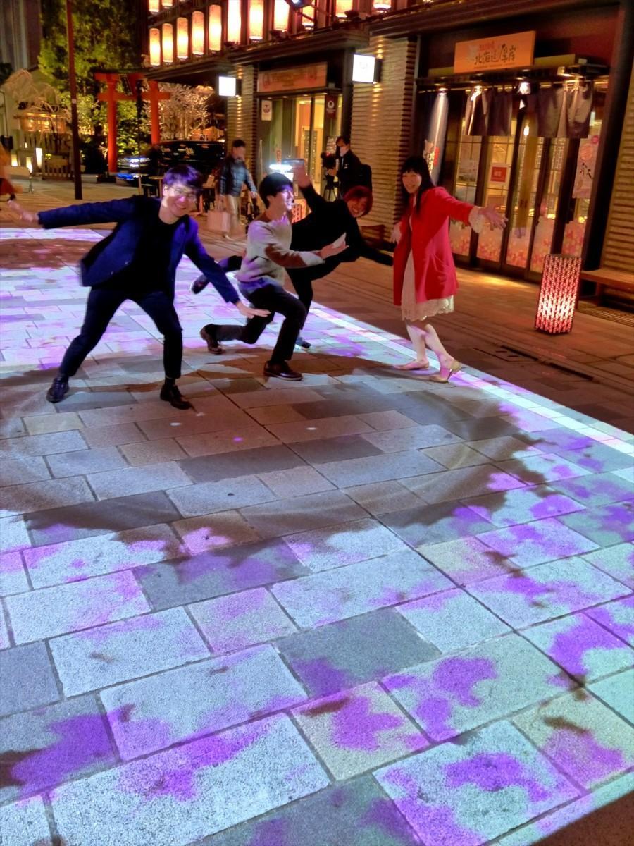 人の動きに合わせて花びらが舞う「サクラカーペット」上で遊ぶ「nihonbashi β project」優勝チームの4人
