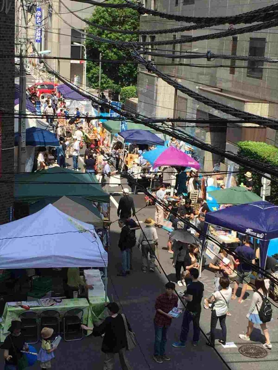 大伝馬町のメインストリートでかつては江戸一番の目抜き通りであった「えびす通り」を一部封鎖し、「ブロックマーケット」として開催