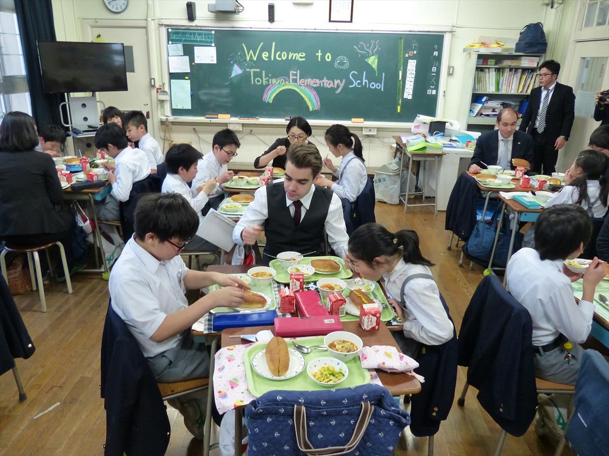 スペインやフランス、韓国など出身国もさまざまな外国人労働者が、児童たちと給食体験。食事中の会話も英語