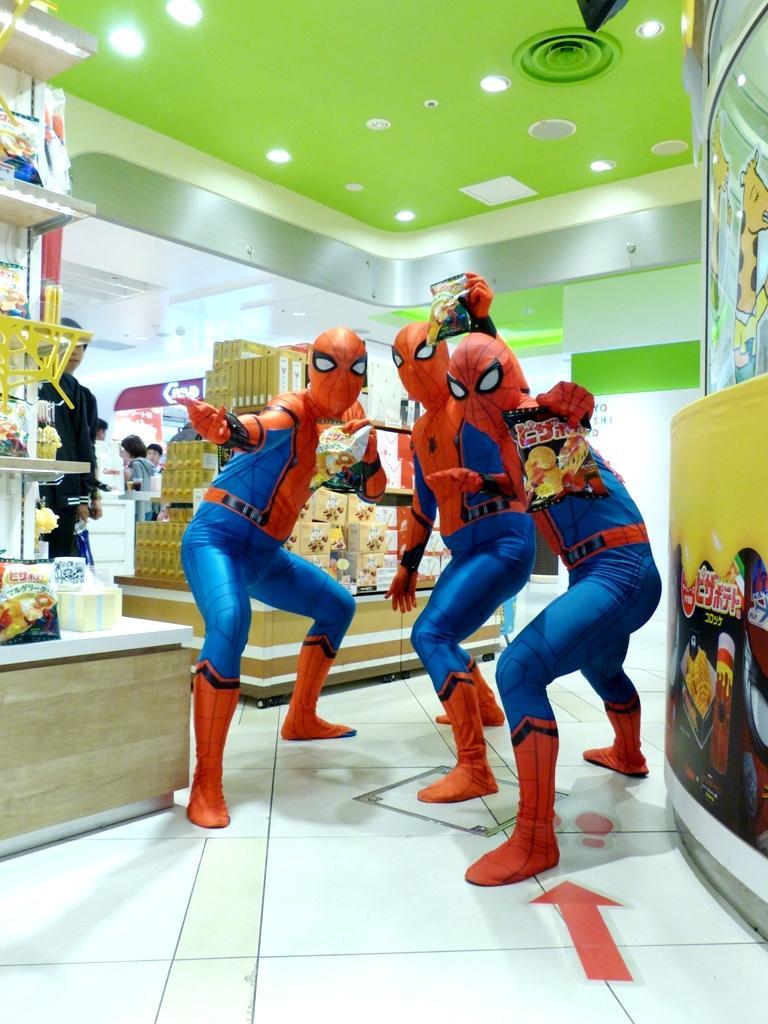 売り場に駆け付けた3人のスパイダーマン