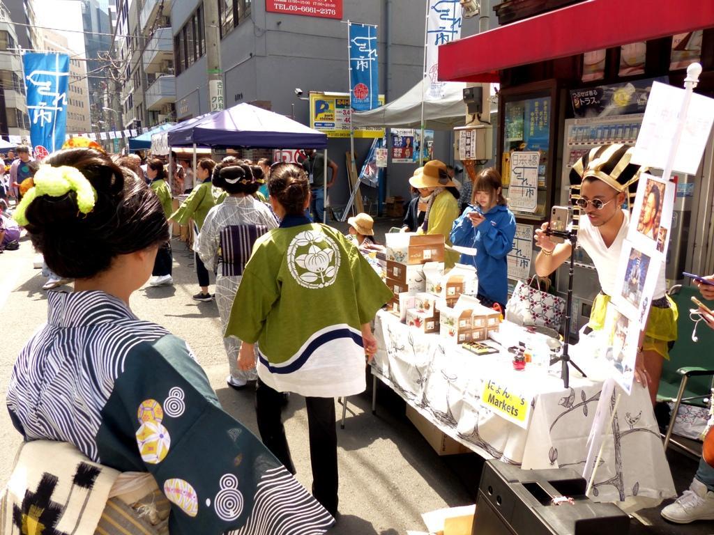 民謡歌手の唄声に合わせて「大江戸和髪学会」会員による盆踊り披露も